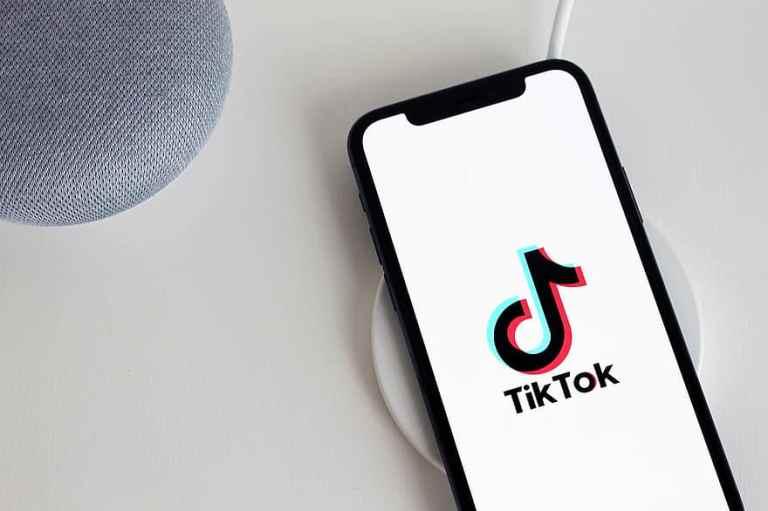 tiktok-app-iphone-telephone-social-media-the-iphone-11-smartphone-technology